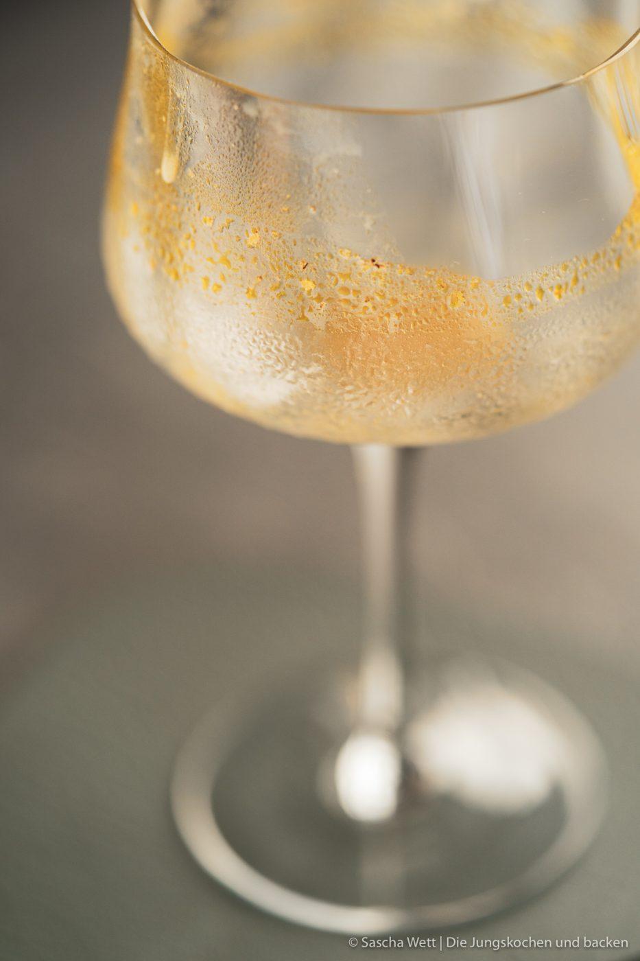 Sundown Eggnog Verpoorten 9 | Wir gehen auch schon in die zweite Runde unserer IGTV-Reihe Unser Schnapsregal! Dieses Mal haben wir einen leckeren Cocktail für euch im Gepäck und der ist der perfekte Drink für einen entspannten Feierabend. Wenn die Sonne orangerot am Himmel steht, kann man so langsam in den Entspannungsmodus wechseln, denn das ist doch die schönste Zeit des Tages. Genau für diese Stunden haben wir den Sundown Eggnog kreiert - so heißt unsere Eierlikör-Cocktail-Kreation. Wir sind RIESEN Fans von Eierlikör, das wisst ihr ja alle. Und daher können wir nicht glücklicher sein, das Traditionsunternehmen Verpoorten an unserer Seite zu wissen.
