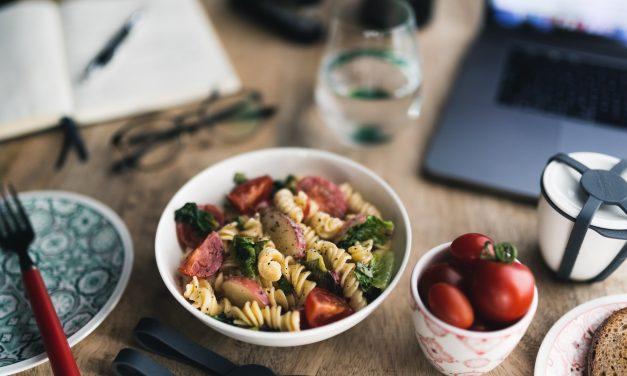 Nudelsalat mit Tomaten, Pfirsich und gebratenem Romana