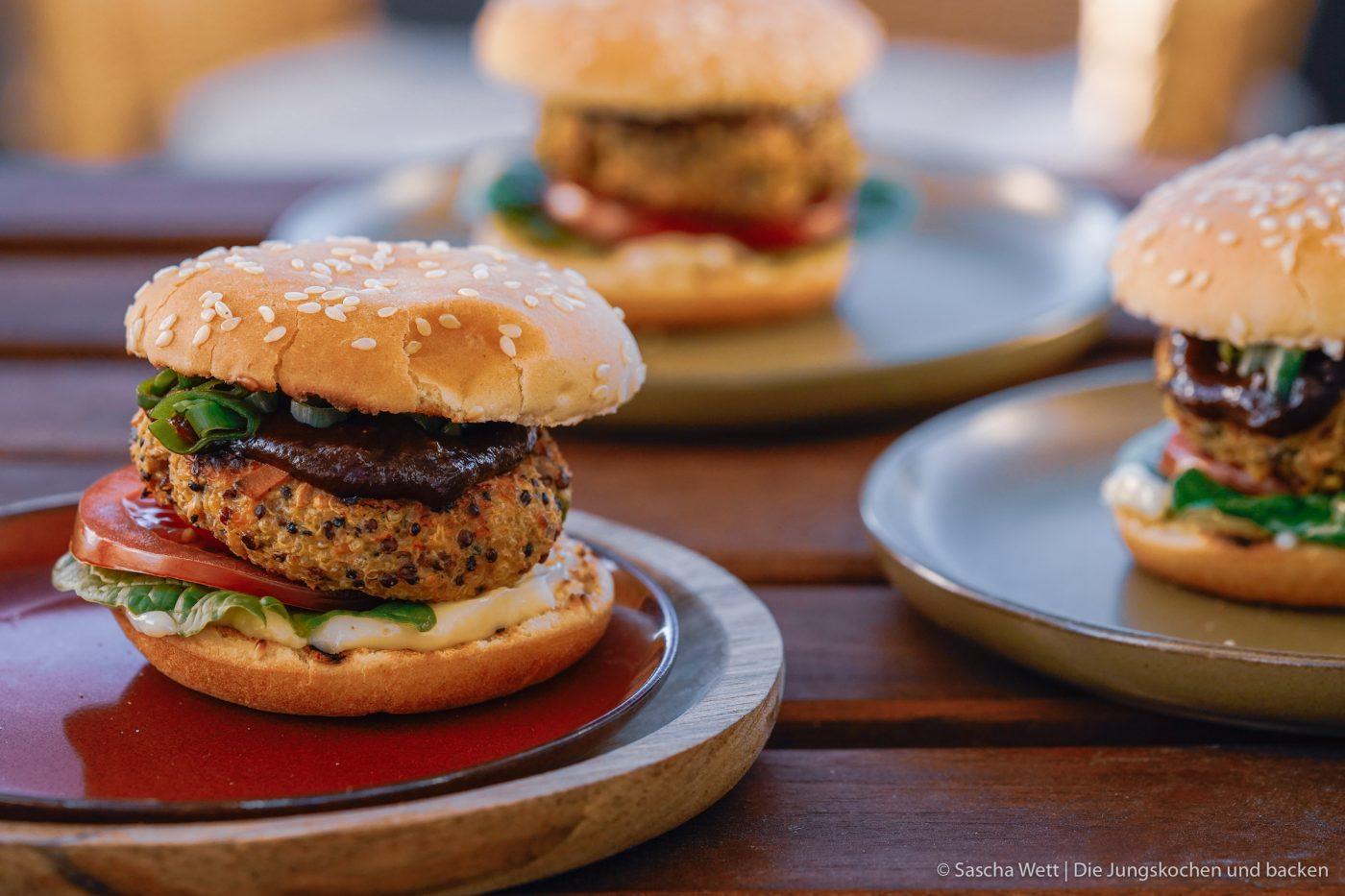 Veggie Burger erdnuss quinoa 10 | Wir zelebrieren den Tag der Erdnuss! Was darf bei einer ordentlichen Party nie fehlen? Eine standesgemäße Torte natürlich - in diesem Fall eine Apfel-Erdnuss-Torte. Gemeinsam mit unserem Partnerültjeladen wir euch ein, mitzufeiern, denn die Erdnuss ist jede Party wert. Die Erdnuss gepaart mit Apfel gibt eine wunderbar fruchtige Kombination, die mit einem italienischen Biskuit und einer leichten Buttercreme einfach unwiderstehlich lecker ist.