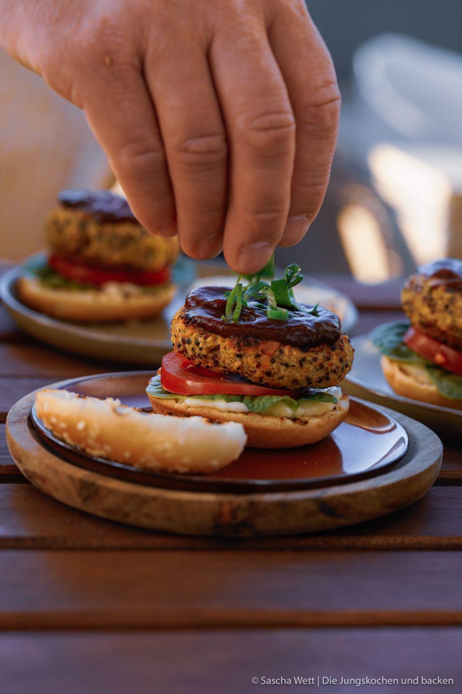 Veggie Burger erdnuss quinoa 8 | Ihr wisst ja, wie gerne wir beide ein richtig gutes Stück Fleisch mögen und das so etwas für uns zum Grillen einfach dazu gehört. Denkt nicht, dass nicht auch leckeres Gemüse auf unseren Grill kommt, denn Paprika oder auch Romana Salat mit schönen Röstaromen ist eine der tollsten Beilagen. Gemüse vom Grill wird von einigen richtig unterschätzt, und heute schauen wir mal ein wenig über den Tellerrand, nachdem so viele vegetarische Burgerpatties Schlagzeilen machen. Wir wollten aber unser ganz eigenen Veggie-Burger kreieren und dabei nicht den Fleischgeschmack imitieren, sondern einfach eine leckere Alternative schaffen.
