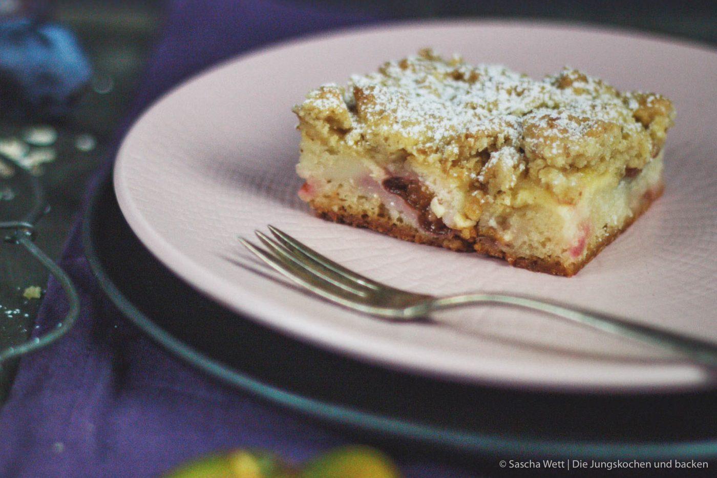 Zwetschgen Cheesecake Crumble 6   Vielleicht erinnert ihr euch noch an dieses leckere Rezept und wir wissen, dass dieser Crumble-Cheesecake mit Zwetschgen schon von einigen von euch nach gebacken wurde. Warum wir euch dieses Rezept heute noch einmal vorstellen? Das ist eine berechtigte Frage.