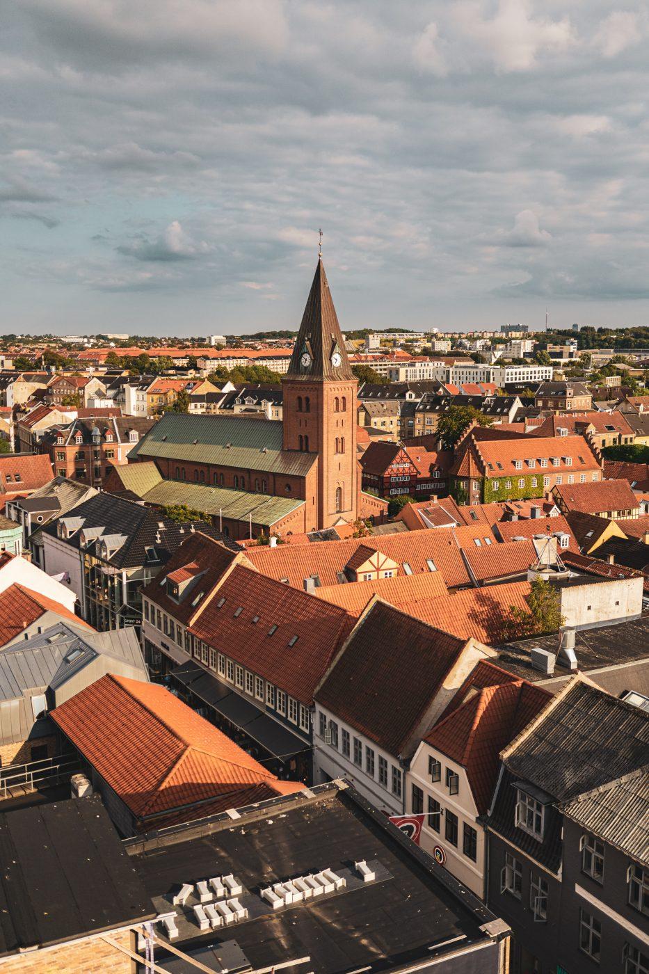 Aalborg D%C3%A4nemark reise 6 | Dieses Jahr war, was das Reisen angeht, ganz klar von einem Land geprägt - Dänemark! Gleich zweimal hat es uns dieses Jahr in den Norden verschlagen. Nachdem wir die Nordsee im schönen Hvide Sande in vollen Zügen genießen konnten, ging es dieses Mal mehr ins Landesinnere. Die dänische Großstadt Aalborg in Nordjütland galt es zu erkunden. Und wie ihr wisst, gehen bei uns zwei Aspekte immer Hand in Hand. Reisen und Kulinarik. Beide sind für uns eng verbunden, daher ist es selbstverständlich, dass wir euch mit einem Foodguide zu Aalborg versorgen. Was kann man an einem Wochenende in Aalborg erleben? Was sollte man gesehen haben? Und am Wichtigsten, wo solltet ihr gegessen haben?