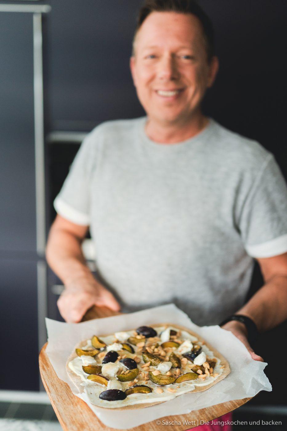 Erdnuss Vollkorn Flammkuchen ültje 6 | Am heutigen Freitag gibt es eine ganze Menge zu feiern!! Wir sind nun hochoffiziell Erdnuss Botschafter aus Überzeugung und passend dazu feiern wir heute den Tag der Erdnuss. Also lasst die Korken knallen! Wenn es um Partyfood geht, dann mögen wir es simpel und mega lecker. Flammkuchen sind einfach immer eine tolle Idee. Also haben wir die Erdnuss mit einem süßen Erdnuss-Vollkorn-Flammkuchen hochleben lassen.