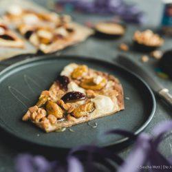 Erdnuss Vollkorn Flammkuchen ültje 9 | Am heutigen Freitag gibt es eine ganze Menge zu feiern!! Wir sind nun hochoffiziell Erdnuss Botschafter aus Überzeugung und passend dazu feiern wir heute den Tag der Erdnuss. Also lasst die Korken knallen! Wenn es um Partyfood geht, dann mögen wir es simpel und mega lecker. Flammkuchen sind einfach immer eine tolle Idee. Also haben wir die Erdnuss mit einem süßen Erdnuss-Vollkorn-Flammkuchen hochleben lassen.