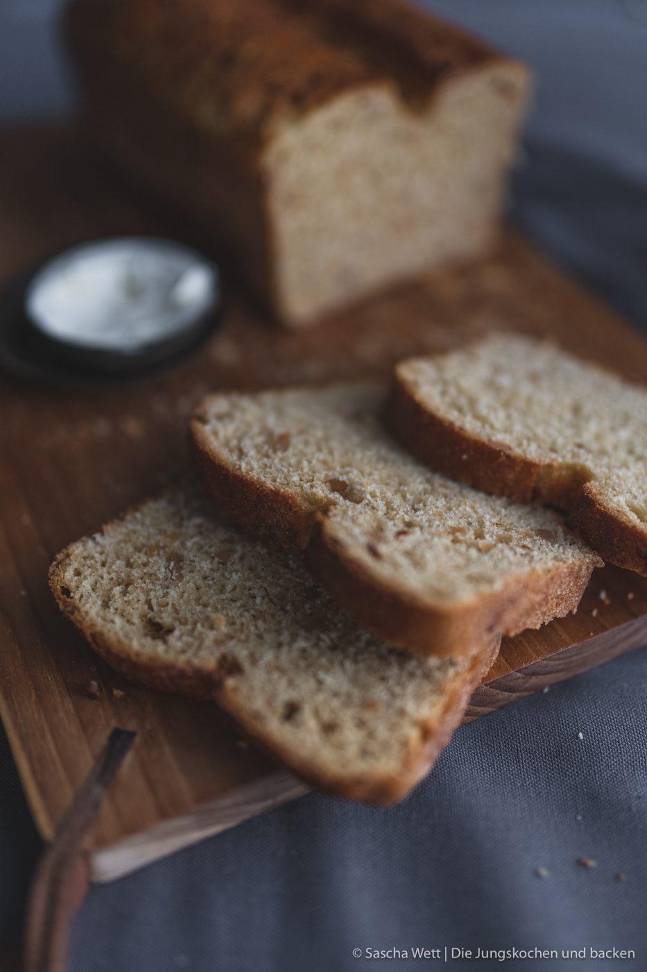 Erdnussbrot 6 | Heute haben wir wieder ein Rezept für euch, das wir mit Erdnüssen zubereitet haben. Und zwar ein selbstgebackenes Brot. Allerdings ist das ein Rezept, das wir schon im Mai, als wir auf unserer Reise mit dem Wohnmobil durch die Bretagne unterwegs waren, zum ersten Mal gebacken haben. Denn auch unterwegs backen wir unser Brot am Liebsten selber! Herausgekommen ist ein richtig tolles Frühstücksbrot und wir wussten, dass wir das unbedingt nochmal in unserem heimischen Offen neu backen müssen, damit ihr das leckere Brot auch nach unserem Rezept selber backen könnt.