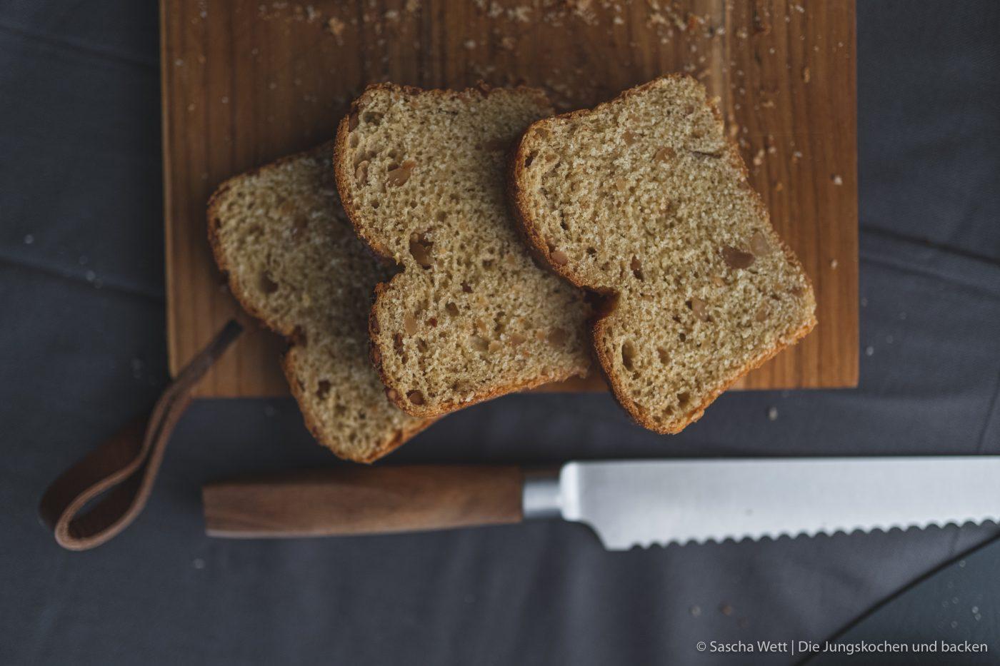Erdnussbrot 9 | Heute haben wir wieder ein Rezept für euch, das wir mit Erdnüssen zubereitet haben. Und zwar ein selbstgebackenes Brot. Allerdings ist das ein Rezept, das wir schon im Mai, als wir auf unserer Reise mit dem Wohnmobil durch die Bretagne unterwegs waren, zum ersten Mal gebacken haben. Denn auch unterwegs backen wir unser Brot am Liebsten selber! Herausgekommen ist ein richtig tolles Frühstücksbrot und wir wussten, dass wir das unbedingt nochmal in unserem heimischen Offen neu backen müssen, damit ihr das leckere Brot auch nach unserem Rezept selber backen könnt.
