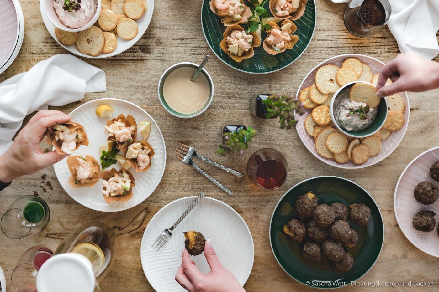 Finger Food ItsMyMatch VilleroyBoch 6 | Heute haben wir gleich drei Rezept für euch im Gepäck. Drei schnell zu bereitete Ideen, die ihr für eure nächste Geburtstags- oder auch Einweihungsparty ganz einfach zubereiten könnt. Bei so einer Party hat man eh schon immer soviel zu tun, dass man sich um das Essen nur noch nebenher Gedanken machen möchte. Daher ist es super, wenn ihr das gut vorbereiten könnt. Da ist Fingerfood einfach die beste Option!