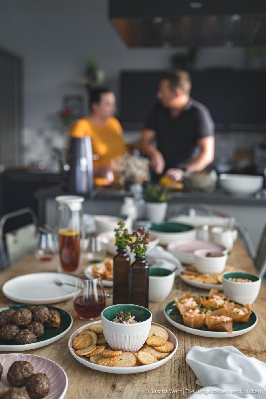 Finger Food ItsMyMatch VilleroyBoch 7 | Heute haben wir gleich drei Rezept für euch im Gepäck. Drei schnell zu bereitete Ideen, die ihr für eure nächste Geburtstags- oder auch Einweihungsparty ganz einfach zubereiten könnt. Bei so einer Party hat man eh schon immer soviel zu tun, dass man sich um das Essen nur noch nebenher Gedanken machen möchte. Daher ist es super, wenn ihr das gut vorbereiten könnt. Da ist Fingerfood einfach die beste Option!