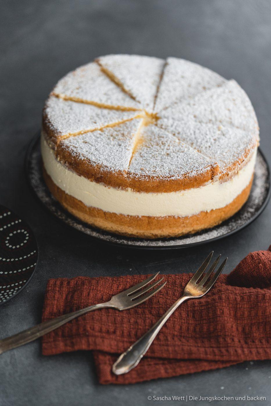 K%C3%A4se Sahne Torte Verpoorten 1 | Wir beide haben schon seit ganz langer Zeit vor, eine für uns ganz besondere Torte selber einmal zuzubereiten. Die Käse-Sahne-Torte. Warum etwas ganz Besonderes? Irgendwie hatten unsere beiden Omas eine Vorliebe dafür. Die Käse-Sahne-Torte kam sowohl bei Oma Lore, als auch bei Saschas Oma Frieda immer wieder auf den Kaffeetisch, wenn sich Gäste angekündigt hatten oder ein Feiertag anstand. Allerdings haben sie den damals nicht so fruchtig verfeinert, wie wir heute.