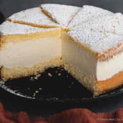 Käse Sahne Torte Verpoorten 10 | Wir beide haben schon seit ganz langer Zeit vor, eine für uns ganz besondere Torte selber einmal zuzubereiten. Die Käse-Sahne-Torte. Warum etwas ganz Besonderes? Irgendwie hatten unsere beiden Omas eine Vorliebe dafür. Die Käse-Sahne-Torte kam sowohl bei Oma Lore, als auch bei Saschas Oma Frieda immer wieder auf den Kaffeetisch, wenn sich Gäste angekündigt hatten oder ein Feiertag anstand. Allerdings haben sie den damals nicht so fruchtig verfeinert, wie wir heute.
