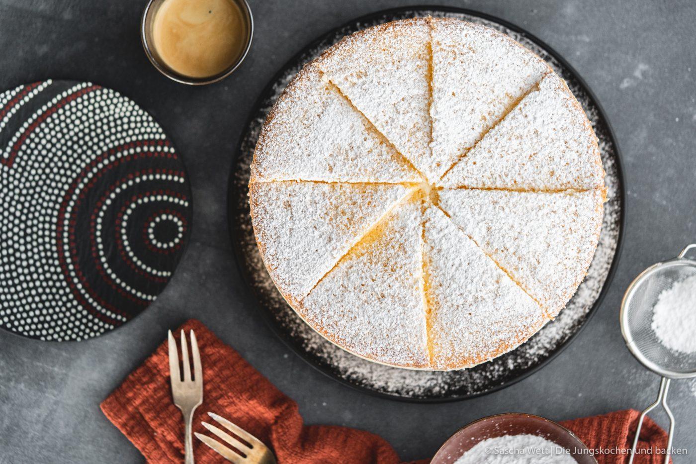 K%C3%A4se Sahne Torte Verpoorten 4 | Wir beide haben schon seit ganz langer Zeit vor, eine für uns ganz besondere Torte selber einmal zuzubereiten. Die Käse-Sahne-Torte. Warum etwas ganz Besonderes? Irgendwie hatten unsere beiden Omas eine Vorliebe dafür. Die Käse-Sahne-Torte kam sowohl bei Oma Lore, als auch bei Saschas Oma Frieda immer wieder auf den Kaffeetisch, wenn sich Gäste angekündigt hatten oder ein Feiertag anstand. Allerdings haben sie den damals nicht so fruchtig verfeinert, wie wir heute.