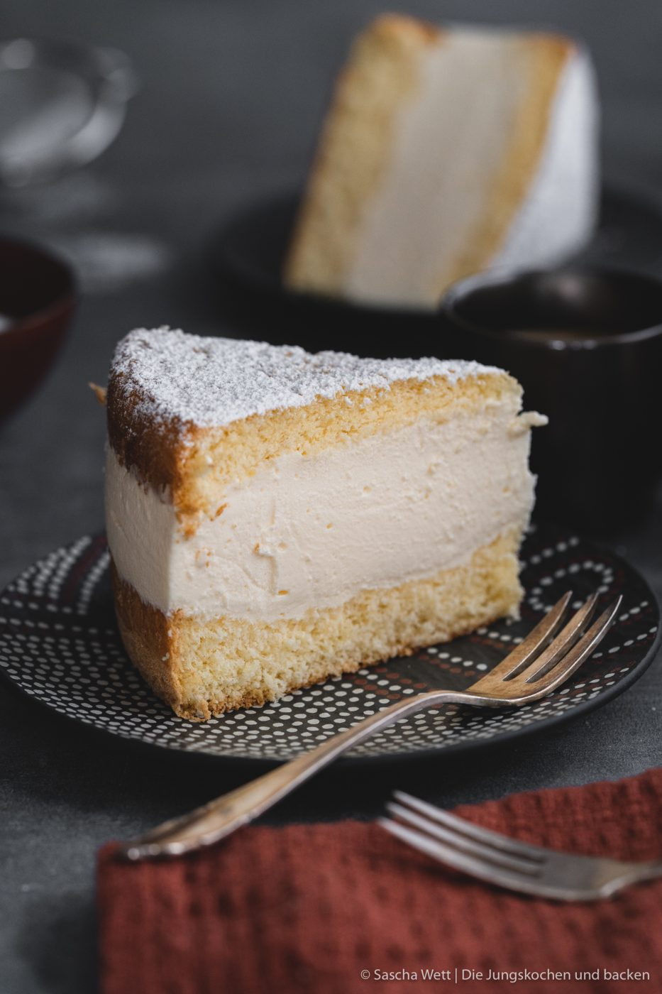 K%C3%A4se Sahne Torte Verpoorten 9 | Wir beide haben schon seit ganz langer Zeit vor, eine für uns ganz besondere Torte selber einmal zuzubereiten. Die Käse-Sahne-Torte. Warum etwas ganz Besonderes? Irgendwie hatten unsere beiden Omas eine Vorliebe dafür. Die Käse-Sahne-Torte kam sowohl bei Oma Lore, als auch bei Saschas Oma Frieda immer wieder auf den Kaffeetisch, wenn sich Gäste angekündigt hatten oder ein Feiertag anstand. Allerdings haben sie den damals nicht so fruchtig verfeinert, wie wir heute.