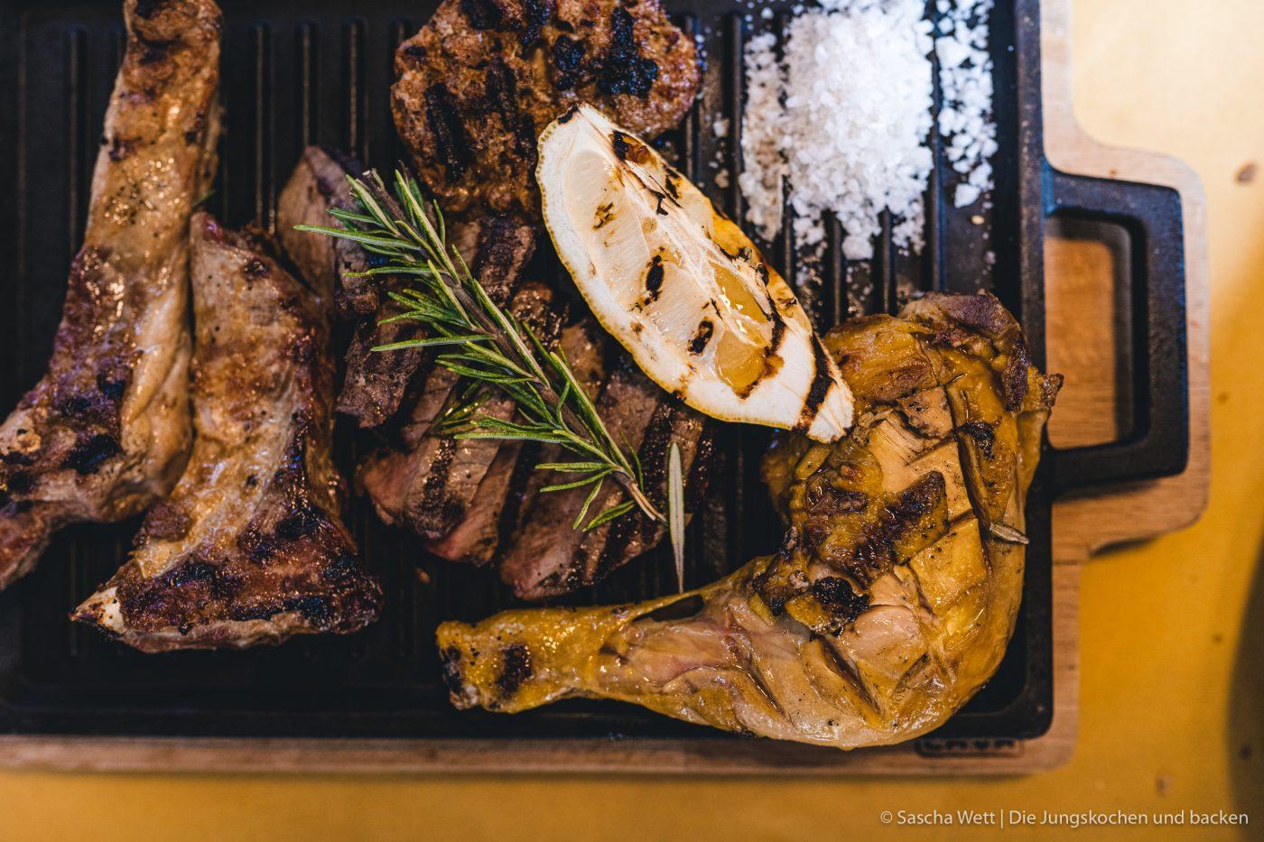 Wildschwein Burger Kerrygold 4 | Heute haben wir eine super leckere Burgerkreation von Torsten mit im Gepäck. Der eine oder andere von euch hat den Burger auch schon vor ein paar Wochen bei Instagram erspäht! Wir waren nämlich mit unserem Partner Kerrygold im schönen München. Dort haben wir aber nicht nur geschlemmt, sondern waren auch fleißig. Wir durften dort mit 50€ bewaffnet über den Viktualienmarkt flitzen und haben unseren ganz persönlichen Burger kreiiert. Torsten hat mit seinem Wildschwein-Chesseburger den zweiten Platz gemacht und daher wollen wir ihn euch nicht vorenthalten.