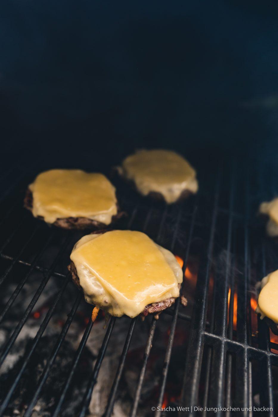 Wildschwein Burger Kerrygold 41 | Heute haben wir eine super leckere Burgerkreation von Torsten mit im Gepäck. Der eine oder andere von euch hat den Burger auch schon vor ein paar Wochen bei Instagram erspäht! Wir waren nämlich mit unserem Partner Kerrygold im schönen München. Dort haben wir aber nicht nur geschlemmt, sondern waren auch fleißig. Wir durften dort mit 50€ bewaffnet über den Viktualienmarkt flitzen und haben unseren ganz persönlichen Burger kreiiert. Torsten hat mit seinem Wildschwein-Chesseburger den zweiten Platz gemacht und daher wollen wir ihn euch nicht vorenthalten.