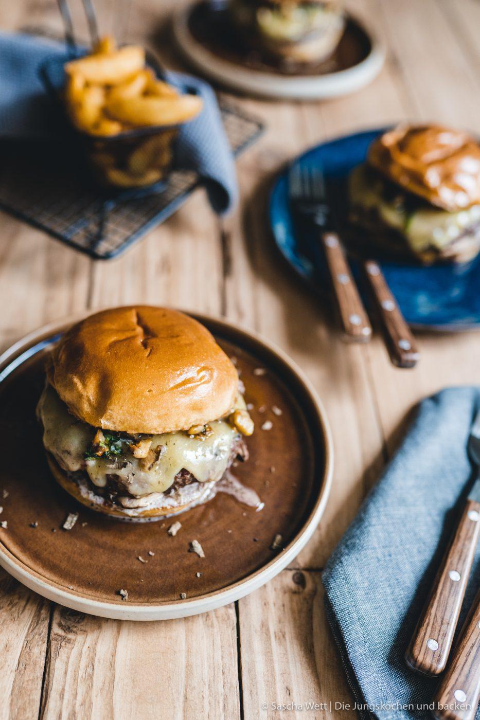Wildschwein Burger Kerrygold 42 | Heute haben wir eine super leckere Burgerkreation von Torsten mit im Gepäck. Der eine oder andere von euch hat den Burger auch schon vor ein paar Wochen bei Instagram erspäht! Wir waren nämlich mit unserem Partner Kerrygold im schönen München. Dort haben wir aber nicht nur geschlemmt, sondern waren auch fleißig. Wir durften dort mit 50€ bewaffnet über den Viktualienmarkt flitzen und haben unseren ganz persönlichen Burger kreiiert. Torsten hat mit seinem Wildschwein-Chesseburger den zweiten Platz gemacht und daher wollen wir ihn euch nicht vorenthalten.