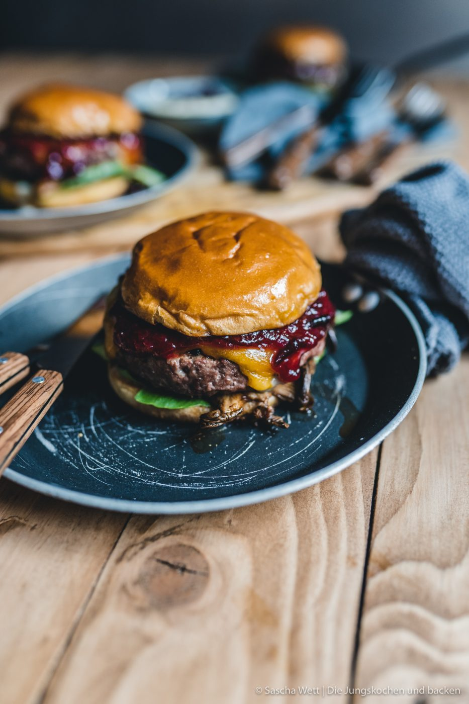 Wildschwein Burger Kerrygold 45 | Heute haben wir eine super leckere Burgerkreation von Torsten mit im Gepäck. Der eine oder andere von euch hat den Burger auch schon vor ein paar Wochen bei Instagram erspäht! Wir waren nämlich mit unserem Partner Kerrygold im schönen München. Dort haben wir aber nicht nur geschlemmt, sondern waren auch fleißig. Wir durften dort mit 50€ bewaffnet über den Viktualienmarkt flitzen und haben unseren ganz persönlichen Burger kreiiert. Torsten hat mit seinem Wildschwein-Chesseburger den zweiten Platz gemacht und daher wollen wir ihn euch nicht vorenthalten.