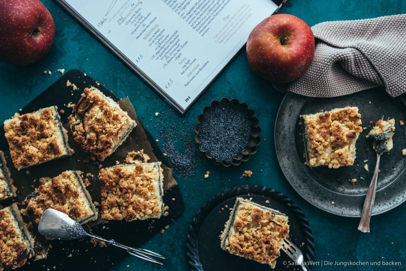 Andrea Natschke Mohn Apfel Streusel 12 | Heut haben wir nicht nur ein verdammt geniales Rezept für euch, sondern auch eine Buchempfehlung, die nicht mehr von Herzen kommen könnte. Das heutige Rezept ist überhaupt gar nicht von uns!!! Es ist von der lieben Andrea von Zimtkeks & Apfeltarte! Sie hat nämlich ein neues Buch rausgebracht und das Thema ist einfach voll unser Ding. Es geht um Alles rund um den Apfel. Wer mag auch keinen Apfelkuchen & Co?!? Wir haben lange überlegt, welches Rezept wir als erstes ausprobieren möchten - Torsten hat ein wenig Überzeugungsarbeit geleistet und die Wahl fiel auf die Apfel-Mohn-Schnitten mit Streuseln.