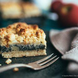 Rezept für einen leckeren und saftigen Blechkuchen mit Apfel, Mohn und jede Menge Streuseln. Aus dem Buch Köstlich backen mit Äpfeln von Zimtkeks & Apfeltarte. #rezepte #backbuch #mohn #backen
