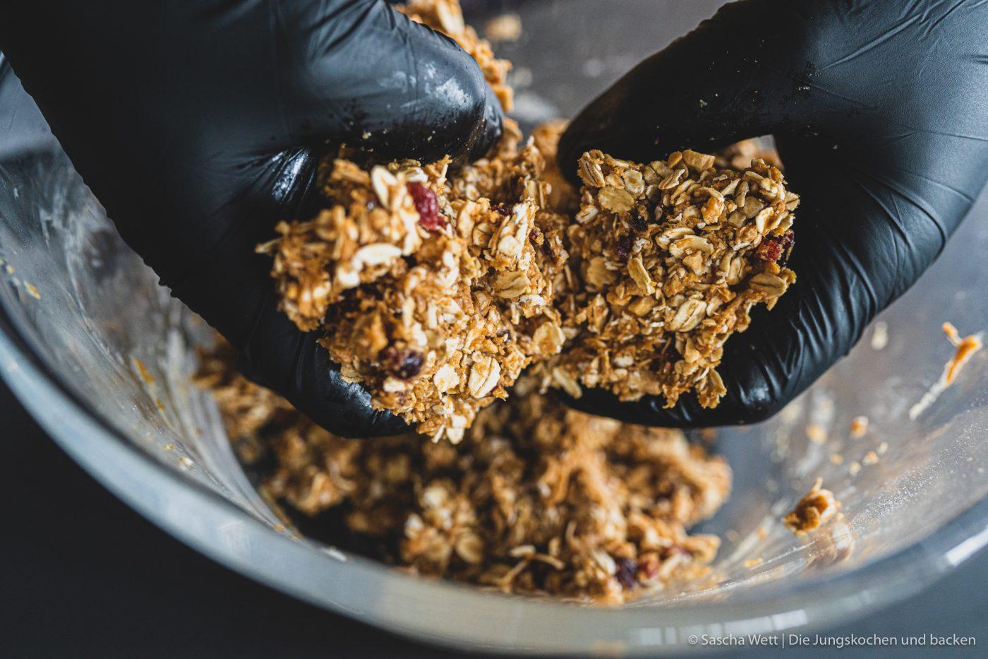 Erdnuss Flapjack %C3%BCltje 6 | Heute haben wir uns ein leckeres und schnell zubereitetes Rezept für einen Erdnuss Flapjack überlegt, das wir zusammen mit unserem Partner ültje umgesetzt haben. Ihr wisst ja, dass wir um diese so genannte Nuss, nicht herum kommen und sie immer wieder in unseren Rezepten verarbeiten. Manchmal aber verputzen wir sie auch einfach so. Am liebsten ohne Öl im Ofen gebacken und ohne Salz. Pur halt! Der Grund, warum wir uns für einen Erdnuss Flapjack entschieden haben ist, dass wir nach dem Sport immer gerne eine Kleinigkeit zu uns nehmen, die schnell satt macht und genügend Protein mit sich bringt. Und genau das kann die Erdnuss. Ein weiterer Vorteil der Erdnuss ist, dass sie das perfekte Brainfood ist.