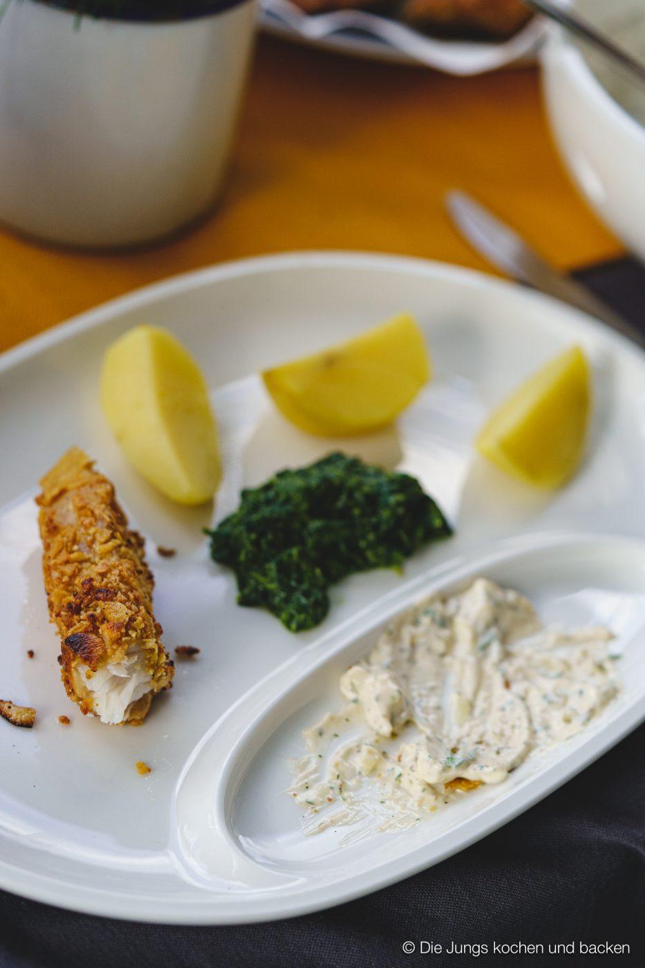 Fischstäbchen angerichtet auf Teller