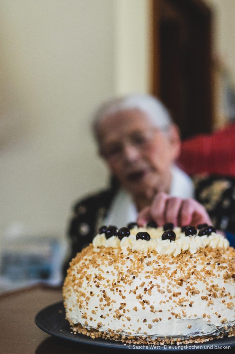 Oma Lore prüft, ob der Frankfurter Kranz gut ist
