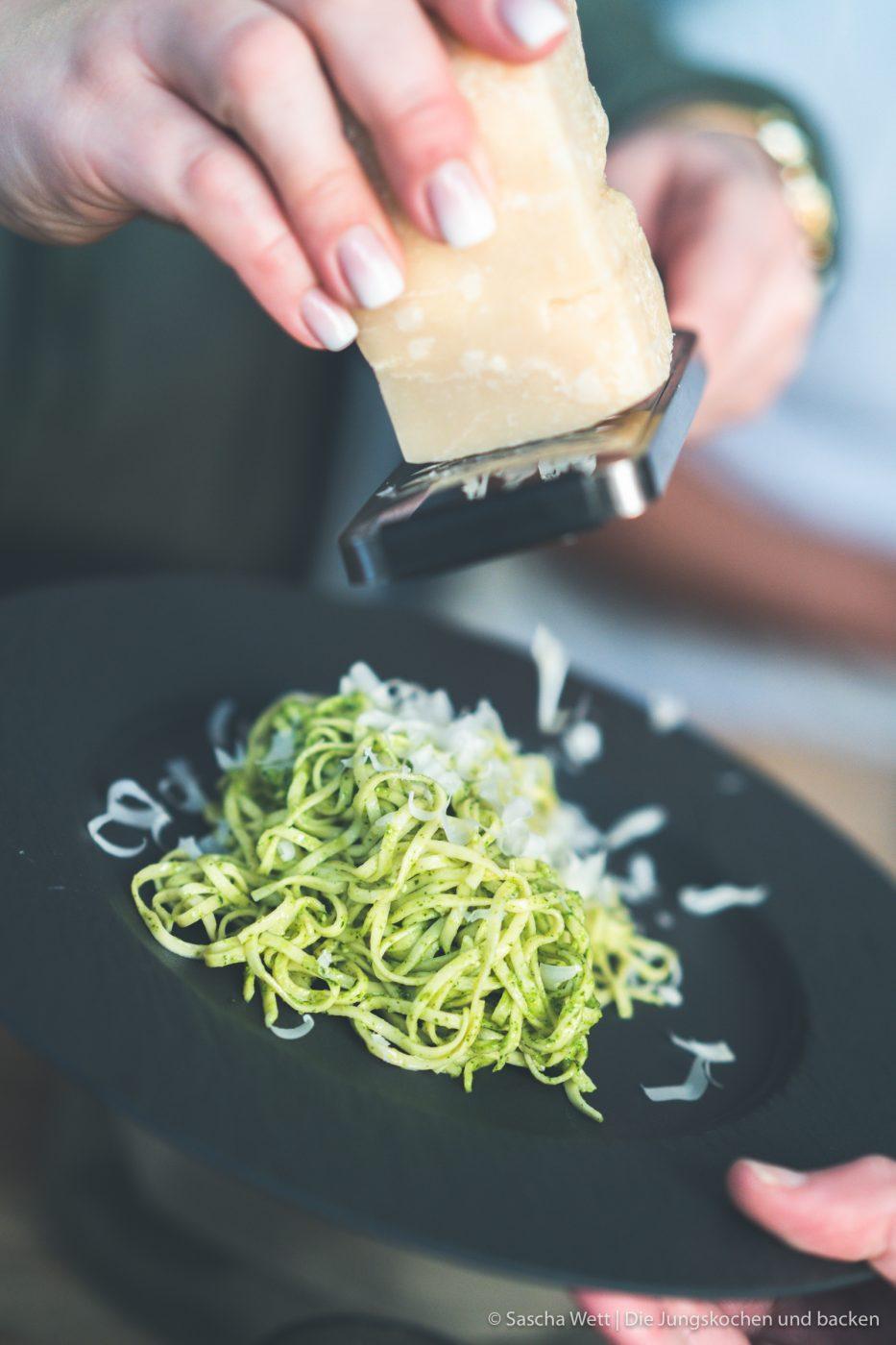 Pesto Pasta 14 | Dieses Rezept haben wir wirklich schon vor einer ganzen Weile zubereitet. Aber manchmal kommen einem immer andere Dinge dazwischen, dann wandern die Bilder mehr und mehr in den Hintergrund und andere Rezepte passen noch besser in die Jahreszeit! Daher ist unser Gericht, das wir euch heute zeigen, absolut unabhängig von fast jeglicher Saison - also ein All-Year-Long-Rezept!! Ok .. wenn ihr euren Basilikum unbedingt aus dem Garten, anstatt von der Fensterbank haben möchtet, dann schon. Auf jeden Fall steht heute Pasta al pesto für euch auf dem Programm.