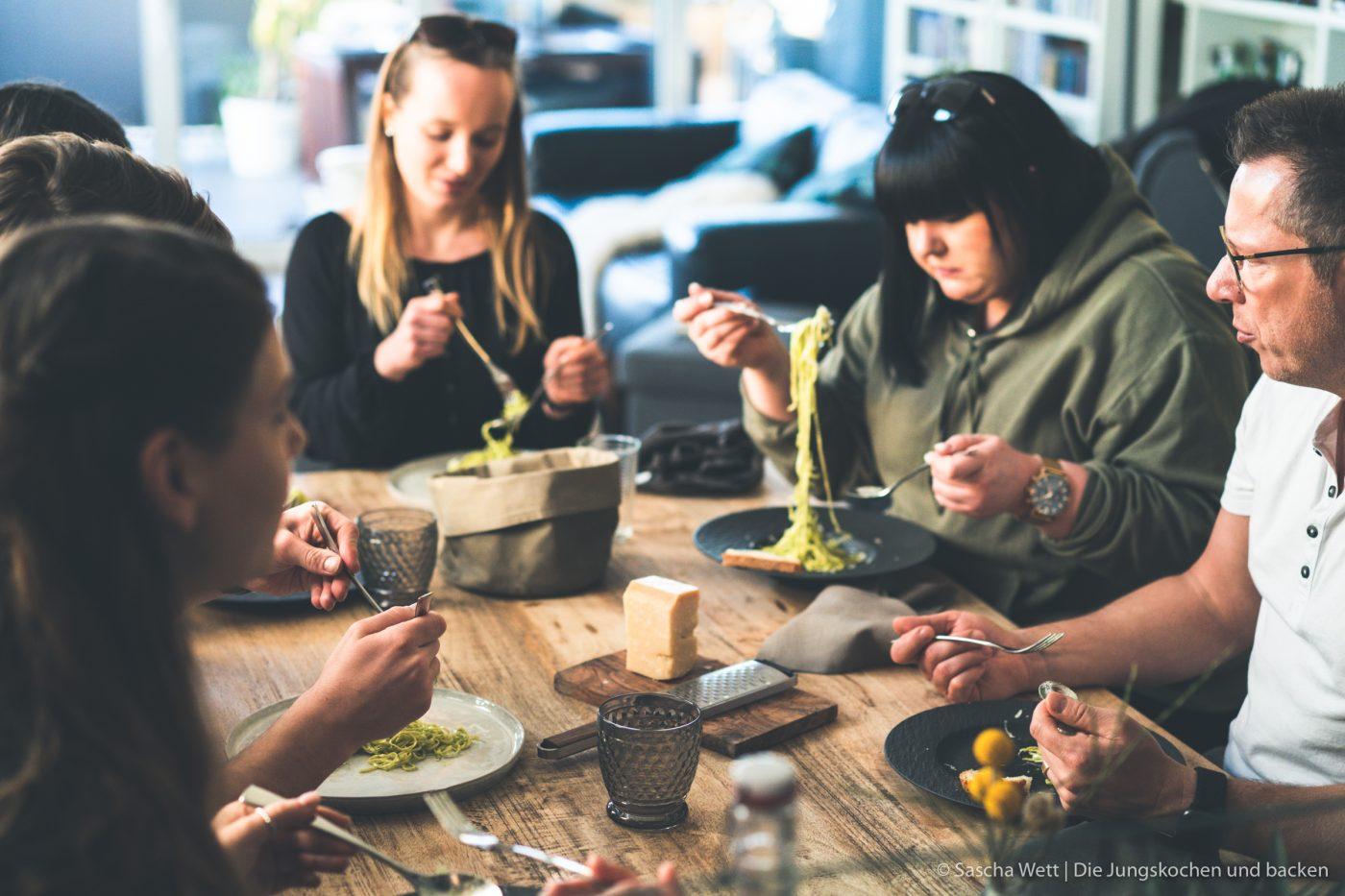 Pesto Pasta 17 | Dieses Rezept haben wir wirklich schon vor einer ganzen Weile zubereitet. Aber manchmal kommen einem immer andere Dinge dazwischen, dann wandern die Bilder mehr und mehr in den Hintergrund und andere Rezepte passen noch besser in die Jahreszeit! Daher ist unser Gericht, das wir euch heute zeigen, absolut unabhängig von fast jeglicher Saison - also ein All-Year-Long-Rezept!! Ok .. wenn ihr euren Basilikum unbedingt aus dem Garten, anstatt von der Fensterbank haben möchtet, dann schon. Auf jeden Fall steht heute Pasta al pesto für euch auf dem Programm.
