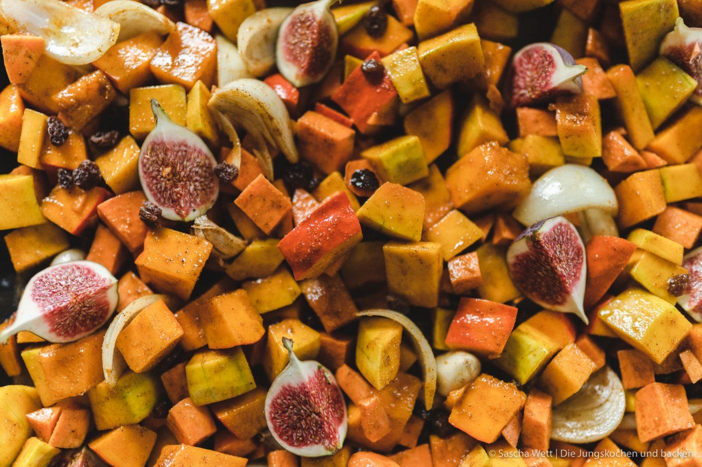 Kürbiswürfel, Zwiebeln und Feigen auf dem Backblech
