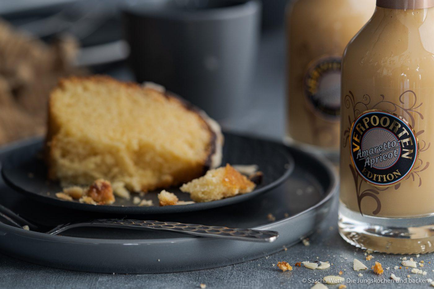 Apricot Amaretto Eierlikörkuchen verpoorten 11 | Heute haben wir eine Variante eines eurer absoluten Blog-Lieblinge dabei! Unseren super saftigen Eierlikörkuchen habt ihr schon etliche Male nachgebacken und wir sind immer wieder super happy über euer tolles Feedback. Gerade bei diesen All-Time-Favorite Rezepten wandeln wir gerne auch mal ein wenig ab und versuchen, etwas Neues mit ins Rezept zu bringen. Dieses Mal haben wir uns dafür mit unserem Partner VERPOORTEN zusammengetan und zeigen euch einen genialen Eierlikörkuchen mit Amaretto-Apricot.