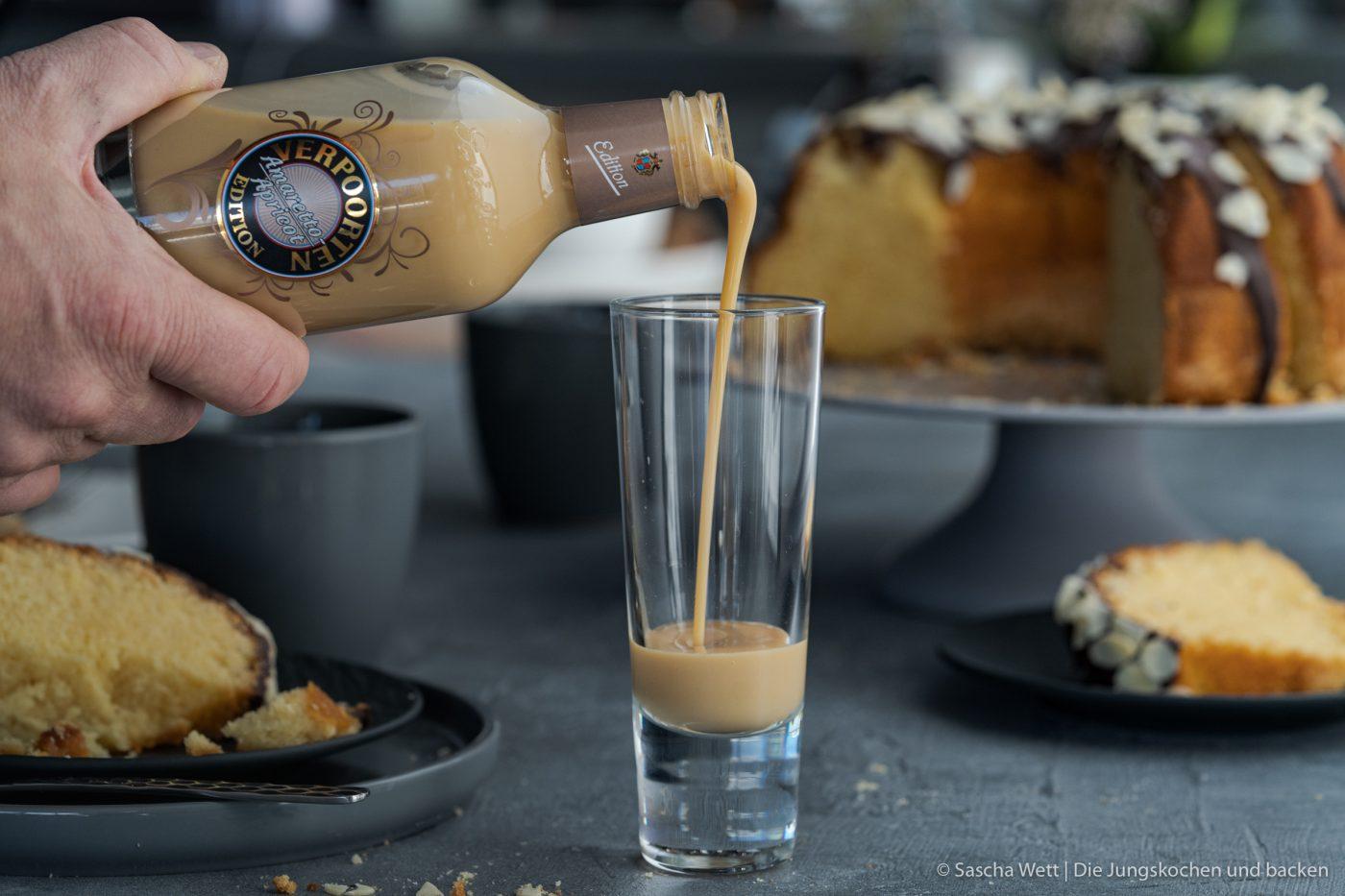 Apricot Amaretto Eierlikörkuchen verpoorten 12 | Heute haben wir eine Variante eines eurer absoluten Blog-Lieblinge dabei! Unseren super saftigen Eierlikörkuchen habt ihr schon etliche Male nachgebacken und wir sind immer wieder super happy über euer tolles Feedback. Gerade bei diesen All-Time-Favorite Rezepten wandeln wir gerne auch mal ein wenig ab und versuchen, etwas Neues mit ins Rezept zu bringen. Dieses Mal haben wir uns dafür mit unserem Partner VERPOORTEN zusammengetan und zeigen euch einen genialen Eierlikörkuchen mit Amaretto-Apricot.