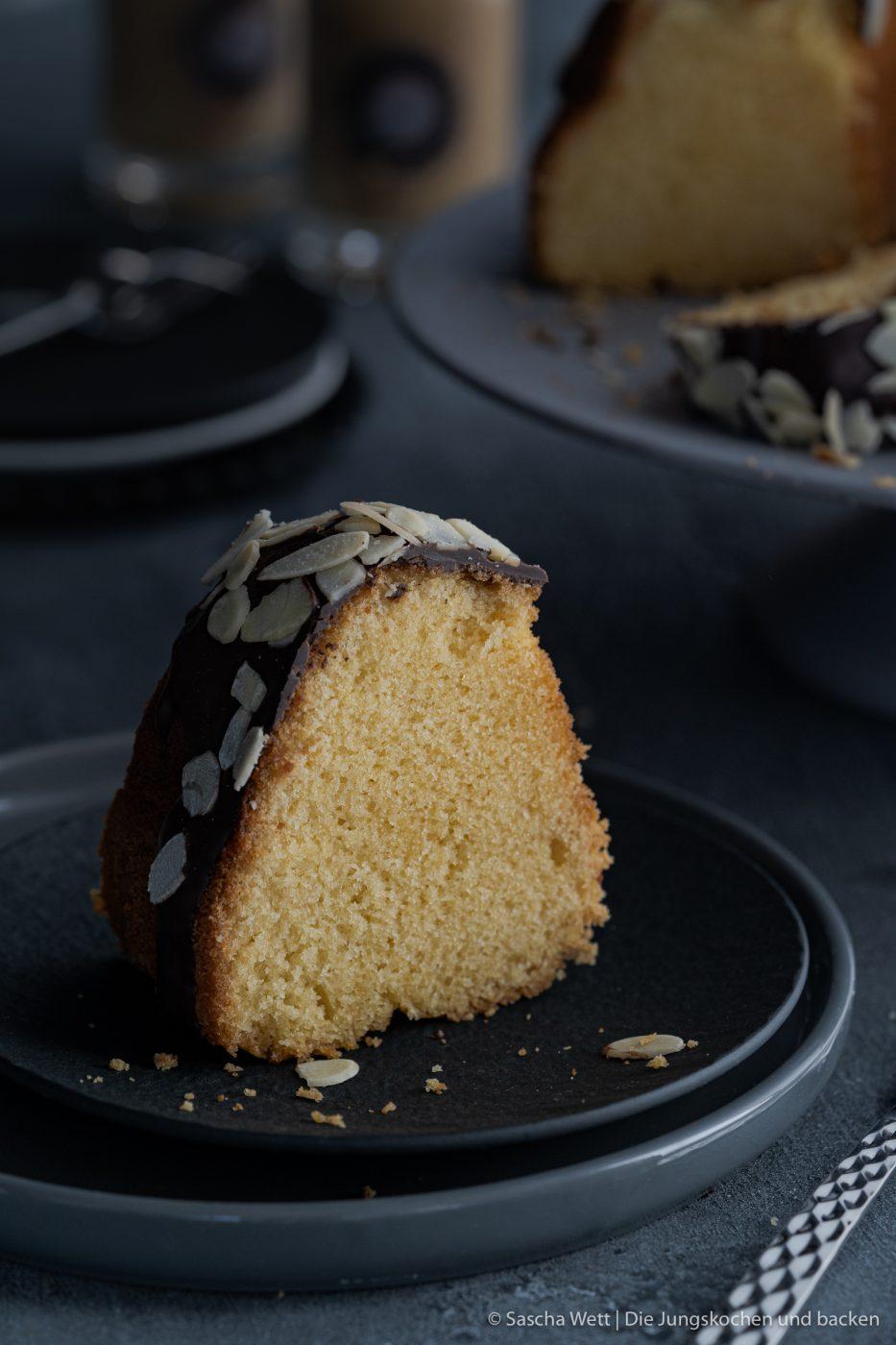 Apricot Amaretto Eierlikörkuchen verpoorten 3 | Heute haben wir eine Variante eines eurer absoluten Blog-Lieblinge dabei! Unseren super saftigen Eierlikörkuchen habt ihr schon etliche Male nachgebacken und wir sind immer wieder super happy über euer tolles Feedback. Gerade bei diesen All-Time-Favorite Rezepten wandeln wir gerne auch mal ein wenig ab und versuchen, etwas Neues mit ins Rezept zu bringen. Dieses Mal haben wir uns dafür mit unserem Partner VERPOORTEN zusammengetan und zeigen euch einen genialen Eierlikörkuchen mit Amaretto-Apricot.