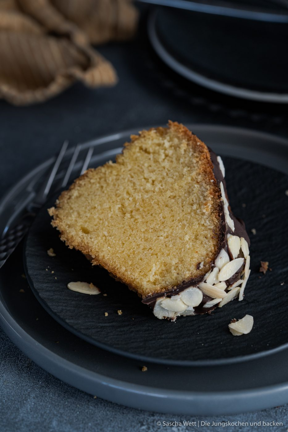 Apricot Amaretto Eierlikörkuchen verpoorten 6 | Heute haben wir eine Variante eines eurer absoluten Blog-Lieblinge dabei! Unseren super saftigen Eierlikörkuchen habt ihr schon etliche Male nachgebacken und wir sind immer wieder super happy über euer tolles Feedback. Gerade bei diesen All-Time-Favorite Rezepten wandeln wir gerne auch mal ein wenig ab und versuchen, etwas Neues mit ins Rezept zu bringen. Dieses Mal haben wir uns dafür mit unserem Partner VERPOORTEN zusammengetan und zeigen euch einen genialen Eierlikörkuchen mit Amaretto-Apricot.