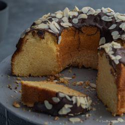 Apricot Amaretto Eierlikörkuchen verpoorten 7 | Heute haben wir eine Variante eines eurer absoluten Blog-Lieblinge dabei! Unseren super saftigen Eierlikörkuchen habt ihr schon etliche Male nachgebacken und wir sind immer wieder super happy über euer tolles Feedback. Gerade bei diesen All-Time-Favorite Rezepten wandeln wir gerne auch mal ein wenig ab und versuchen, etwas Neues mit ins Rezept zu bringen. Dieses Mal haben wir uns dafür mit unserem Partner VERPOORTEN zusammengetan und zeigen euch einen genialen Eierlikörkuchen mit Amaretto-Apricot.