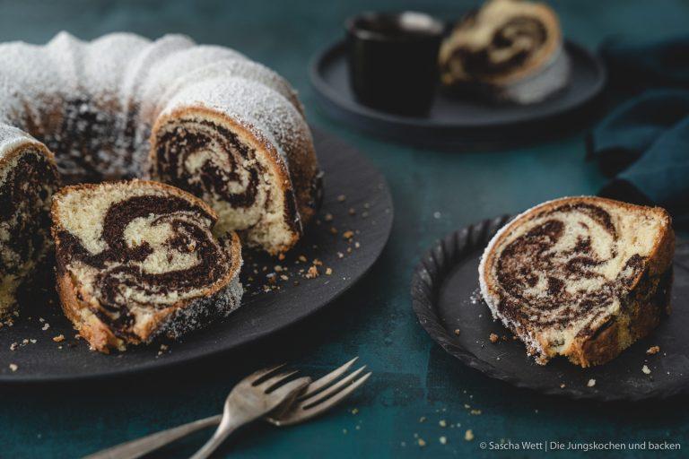 Rezept für den legendären Marmorkuchen von Kleines Kulinarium. Unglaublich fluffig und saftig ist dieser fix gemachte Rührkuchen. #rezepte #rezeptvideo #klassiker #diejungskochenundbacken