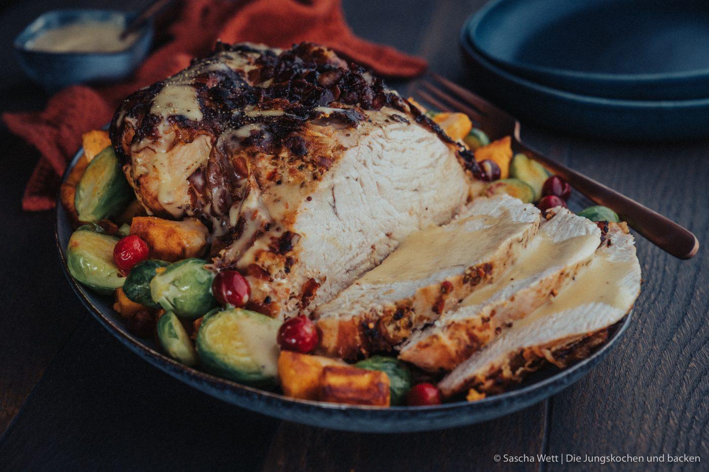 Rezept für eine herrlich saftige Putenbrust im Speckmantel. Dazu Süßkartoffeln & Rosenkohl und der Thanksgiving-Schmaus ist perfekt! #rezepte #festtag #thanksgiving #geflügel