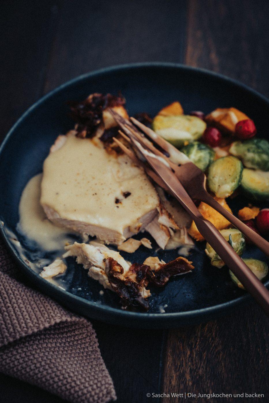 Magic Dust Turkey WeLoveGefl%C3%BCgel 8 | Heute steht unser Rezept ganz im Zeichen des Truthahns, denn wir beenden heute eine ganz fantastische Blog-Parade! Gemeinsam mit We Love Geflügel haben wir liebe Bloggerfreunde nach ihren liebsten Thanksgiving-Rezepten mit Truthahn gefragt. Dabei sind eine Menge genialer Gerichte entstanden, aber dazu später mehr. Heute ist es dann soweit und pünktlich zu Thanksgiving haben wir hier das Rezept für einen Magic Dust Turkey im Speckmantel für euch.