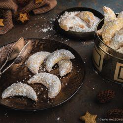 Die Klassiker dürfen auf den Plätzchentellern einfach nicht fehlen - was wäre auch Weihnachten ohne Vanillekipferl?! Also auf in die Weihanchtsbäckerei. #weihnachten #rezepte #plätzchen #weihnachtsbäckerei #diejungskochenundbacken