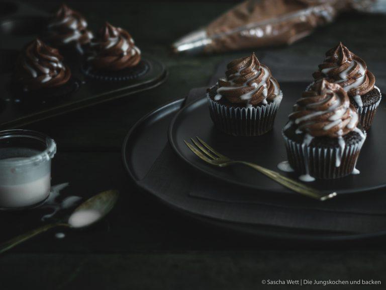 Whisky Cupcakes auf Teller mit Spritztülle im Hintergrund
