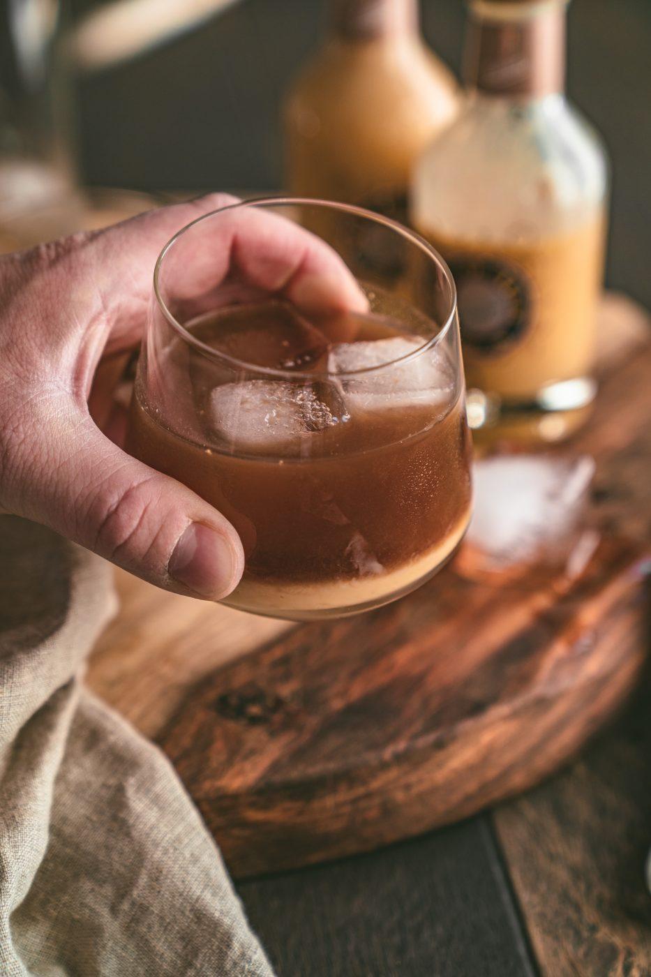 Eggnog Russian 15 | Wir haben uns in den letzten Tagen viele Gedanken darüber gemacht, was für einen Cocktail wir unseren Liebsten an einem der Feiertage anbieten könnten. Wir finden, dass gerade ein Cocktail genau das Richtige ist, wenn man nach einem leckeren Feiertag abends zusammen sitzt. Ein Cocktail, bei dem winterliche Aromen leicht durchkommen und bei dem man den Tag Revue passieren lassen kann. Unsere Wahl ist auf einen Eggnog Russian gefallen.