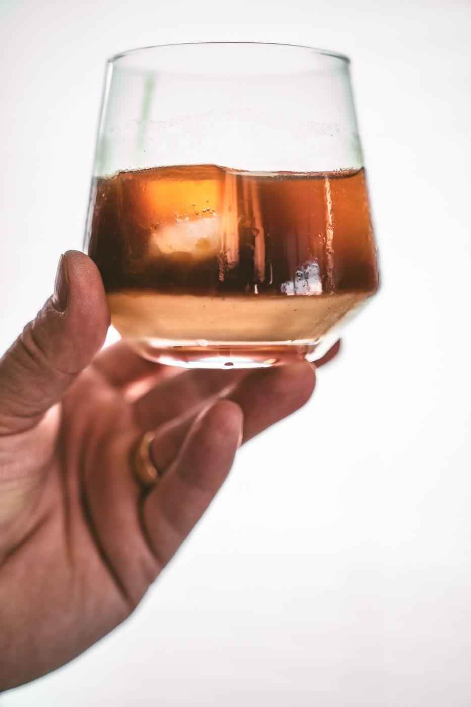 Eggnog Russian 16 | Wir haben uns in den letzten Tagen viele Gedanken darüber gemacht, was für einen Cocktail wir unseren Liebsten an einem der Feiertage anbieten könnten. Wir finden, dass gerade ein Cocktail genau das Richtige ist, wenn man nach einem leckeren Feiertag abends zusammen sitzt. Ein Cocktail, bei dem winterliche Aromen leicht durchkommen und bei dem man den Tag Revue passieren lassen kann. Unsere Wahl ist auf einen Eggnog Russian gefallen.