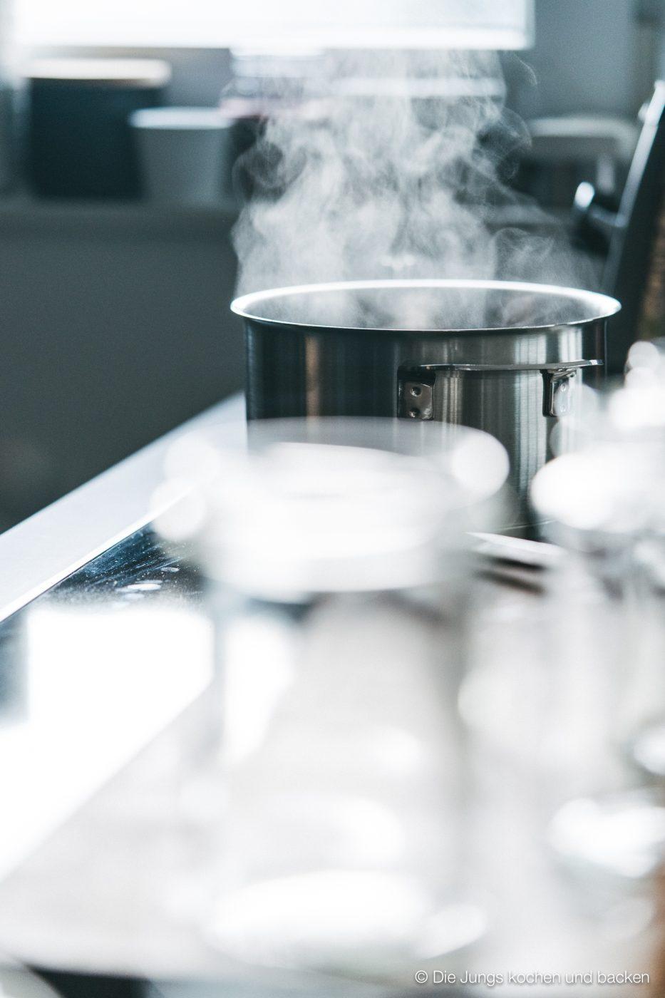 """Rezept für Fond. Kann als Saucenansatz oder auch in vielen Gerichten als Flüssigkeitszusatz verwendet werden. Hergestellt aus den """"Abfällen"""" beim Kochen. #resteverwertung #küchenabfälle #basisrezept #saucenbasis #rezepte"""
