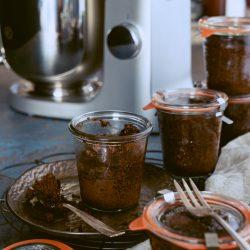 Gewürzkuchen im Glas 8 | Schon als Kind hat meine Mutter aus der Bäckerei, in der sie gearbeitet hat, DEN Gewürzkuchen mit nach Hause mitgebracht. Wenig habe ich so geliebt, wie genau diesen Blechkuchen und nun haben wir uns daran gewagt, diesen Geschmack für euch zu rekreieren. Dazu gehört natürlich Zimt, Nelke, Muskat und all die anderen Weihnachtsgewürze. Nach ein wenig Ausprobieren ist er dann im Glas gewesen - mein Gewürzkuchen aus der Kindheit.