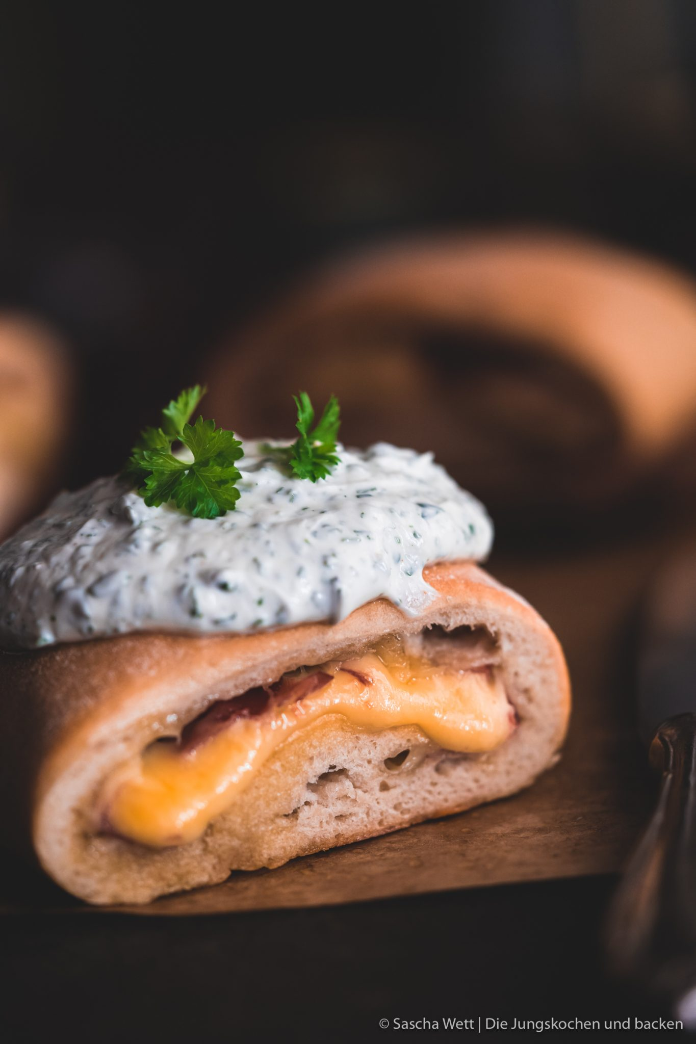 Handbrot 2 | Unser Handbrot kennt ihr ja schon und habt es längst selber oft nachgebacken. Wir können niemals auf dem Weihnachtsmarkt einfach am Handbrotstand vorbei gehen, ohne uns eine Portion davon zu holen. Wir lieben es, wenn der heiße Käse zwischen dem frisch gebackenen Hefeteig zerläuft und wir nur noch genießen.