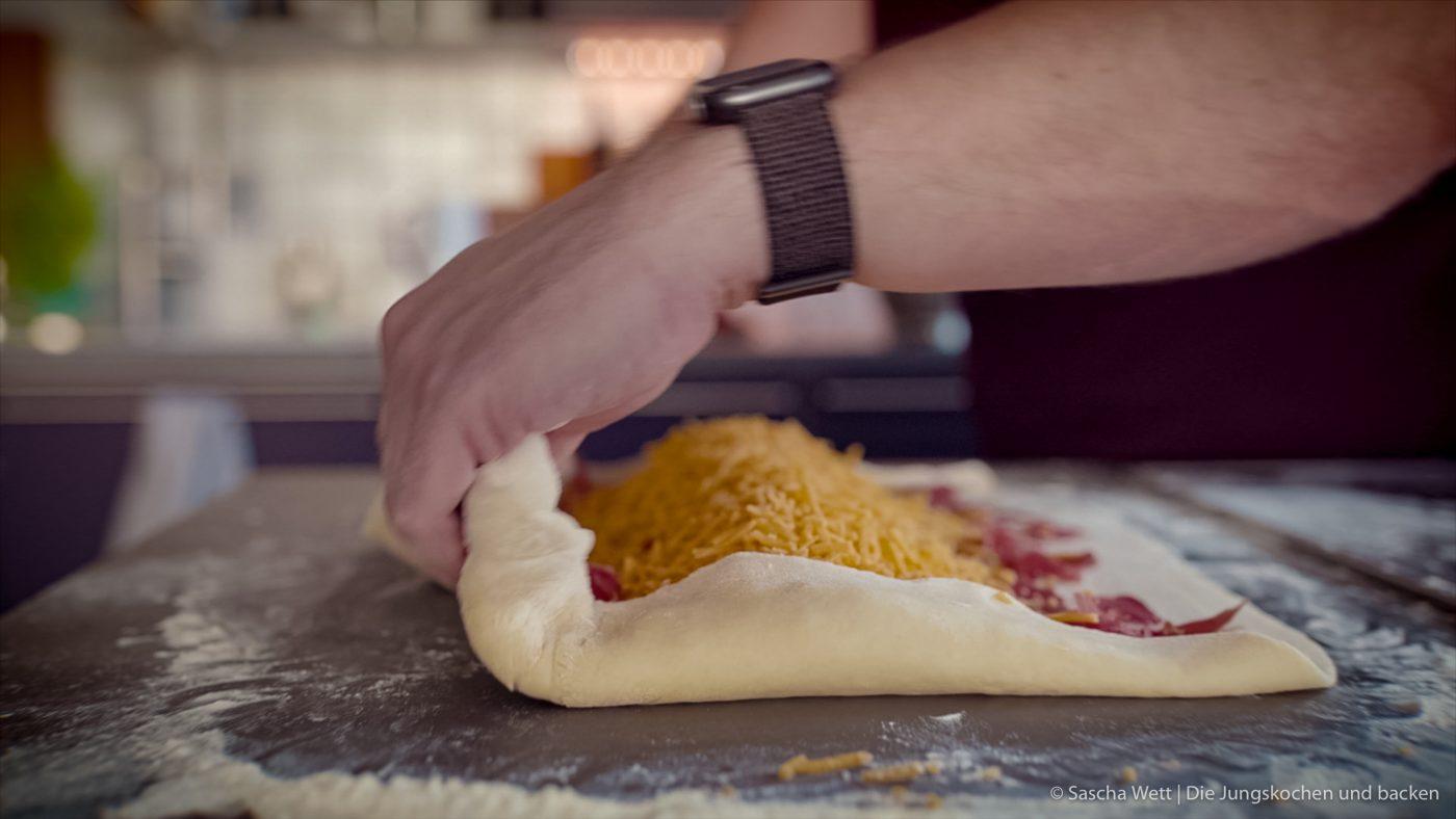 Handbrot 4 | Unser Handbrot kennt ihr ja schon und habt es längst selber oft nachgebacken. Wir können niemals auf dem Weihnachtsmarkt einfach am Handbrotstand vorbei gehen, ohne uns eine Portion davon zu holen. Wir lieben es, wenn der heiße Käse zwischen dem frisch gebackenen Hefeteig zerläuft und wir nur noch genießen.