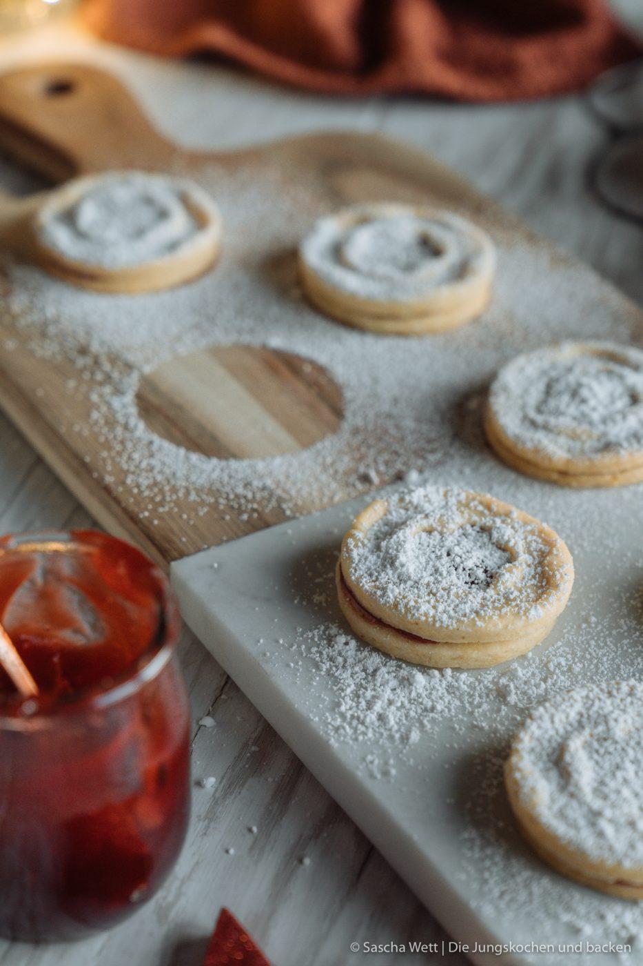 Rezept für leckere Spitzbuben ohne Haselnüsse! Aber dafür mit eurer Lieblingsmarmelade, Nougatcreme oder einer anderen spannenden Füllung. Schnell gemacht und ein absoluter Weihnachtsklassiker! #weihnachtsbäckerei #plätzchen #diejungskochenundbacken