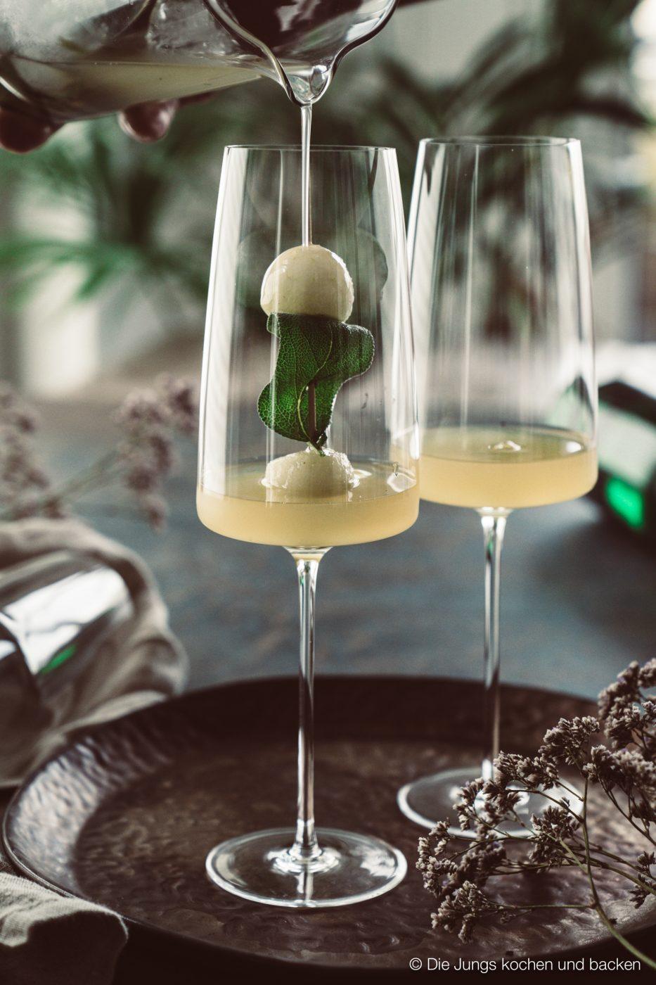 Williams Royale sektcocktail zwiesel 1 | Heute melden wir uns noch ein Mal mit einem letzten Rezeptpost für das Jahr 2019. Und was bietet sich da Schöneres an, als ein toller Drink, den man zwar nicht nur, aber auch zu Silvester servieren kann. Und unser Jahresabschluss Cocktail heißt Williams Royal.