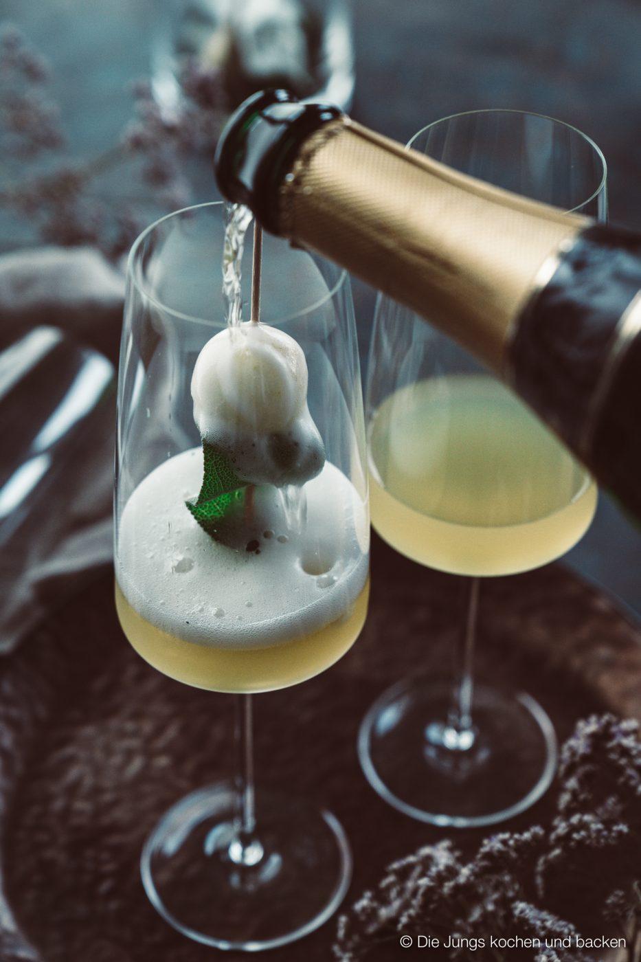 Williams Royale sektcocktail zwiesel 2 | Heute melden wir uns noch ein Mal mit einem letzten Rezeptpost für das Jahr 2019. Und was bietet sich da Schöneres an, als ein toller Drink, den man zwar nicht nur, aber auch zu Silvester servieren kann. Und unser Jahresabschluss Cocktail heißt Williams Royal.