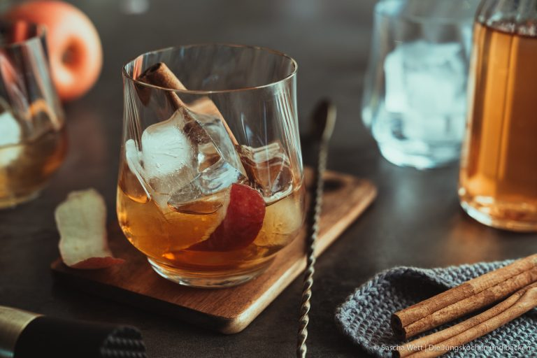 Winter Fashioned | Unsere winterliche Interpretation des Old Fashioned! Rauchiger Whisky, feiner Calvados und ein selbstgemachter Zimtsirup machen den Coktail zum absoluten Wintertraum - müsst ihr ausprobieren. #cocktail #advent #drink #rezepte