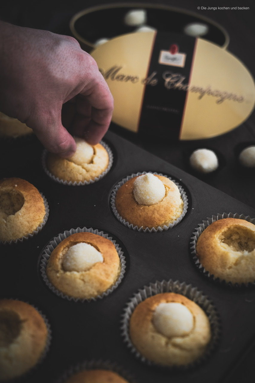 Rezept für leckere Pralinen Cupcakes. Die feinen Schoko-Trüffel im Kern sind das Highlight und geben ganz klar den Ton an. Das Rezept dient aber auch als perfektes Cupcake-Grundrezept! #rezepte #cupcakes #pralinen #süßes #Törtchen