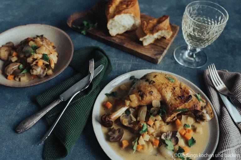 Rezept für Coq au Riesling. Mit unserem Lieblingswein zubereitet. Die fruchtige Säure passt perfekt zum Schmorgericht aus Gemüse und Huhn.